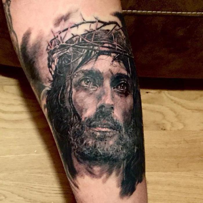 Татуировка в виде иисуса христа на предплечье