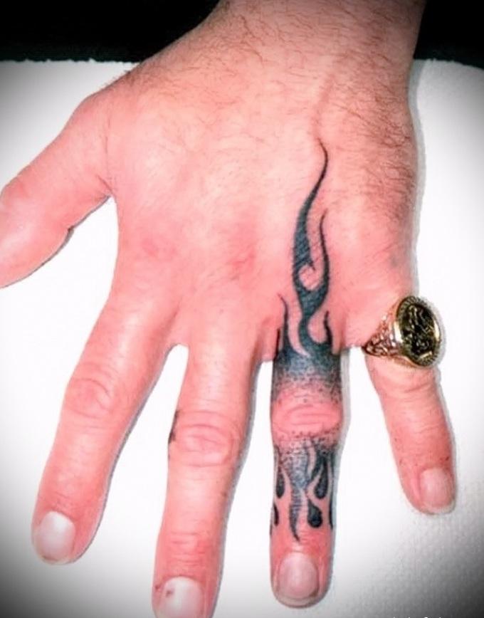 Татуировка на пальце в виде огня