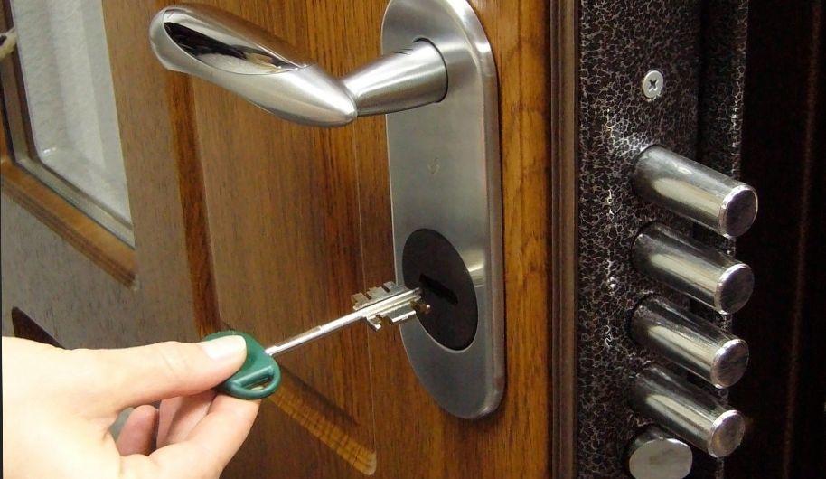 Закрывать дверь на ключ во сне, к чему?
