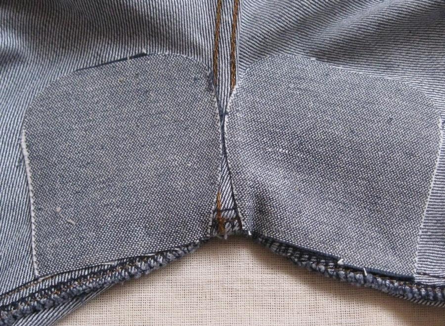 Аккуратно пришитые вручную заплатки между ног на джинсах
