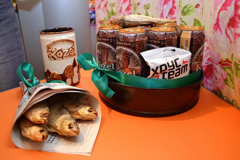 Отдельно оформленная букетом рыба и сложенное тортом пиво