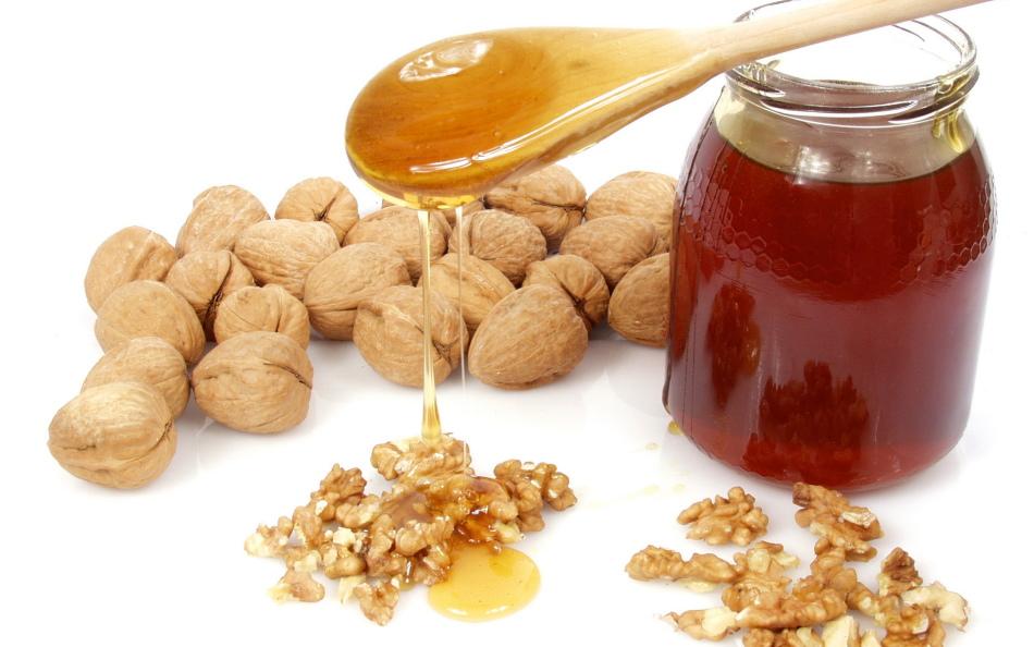 Мед и орехи можно вводить в рацион кормящей мамы после полугода