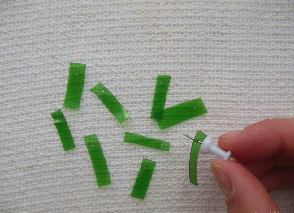 На каждом листике для пальмы-бонсой из пластиковой бутылки делаются отверстия