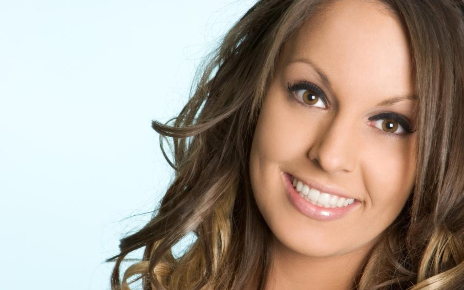 Красивая девушка с голливудской улыбкой