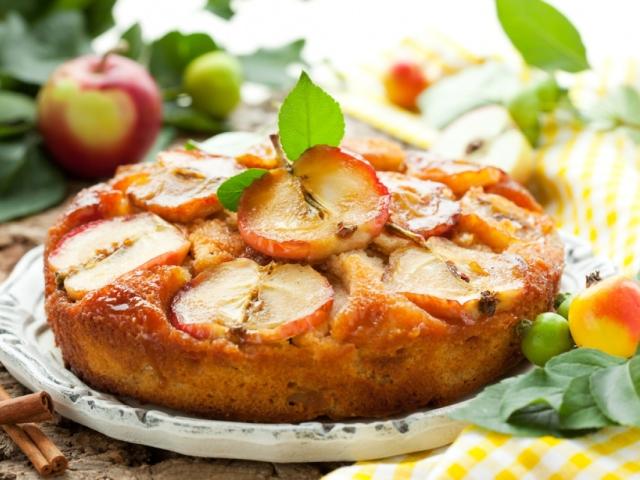 пышная шарлотка с яблоками на сковороде