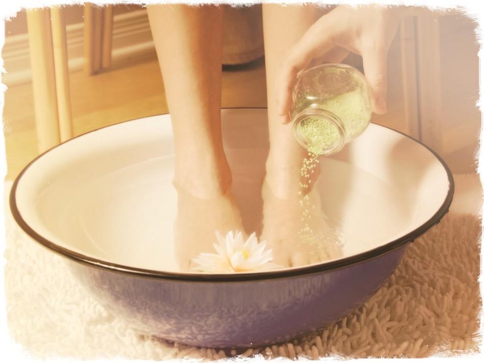 Ванночки с солью - отличное средство укрепить ногти и избавиться от варикоза