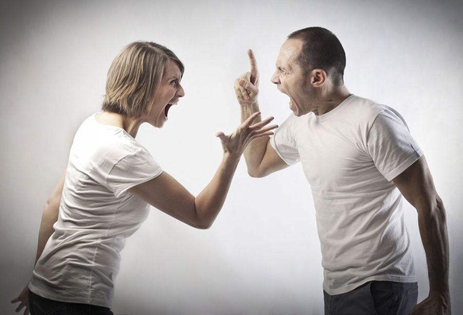 При наведенное порче в семье часто разгораются скандалы