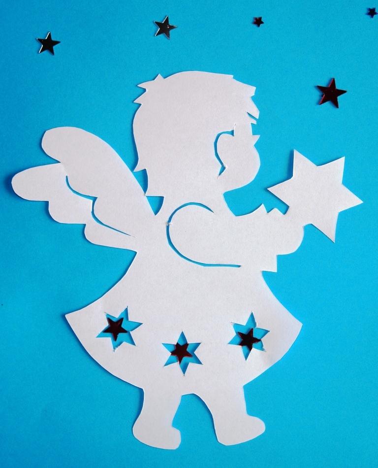 Бумажный ангелочек на голубом фоне
