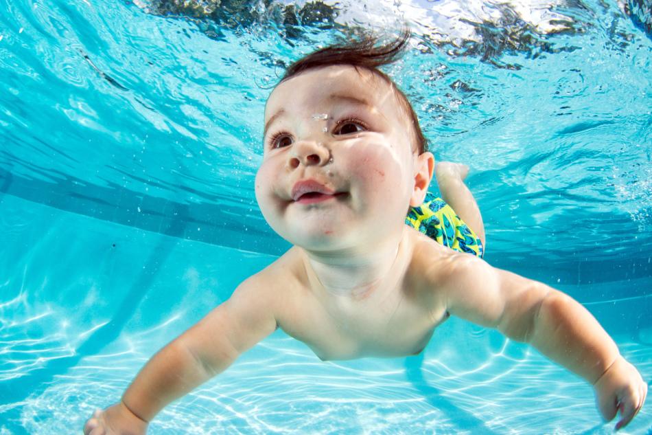 Тонущий в реке ребенок во сне - знак опасности.