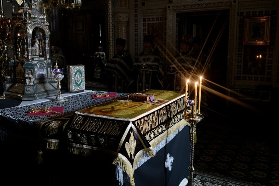 В страстную пятницу в церкви не звонят колокола. в этот день выносят плащаницу