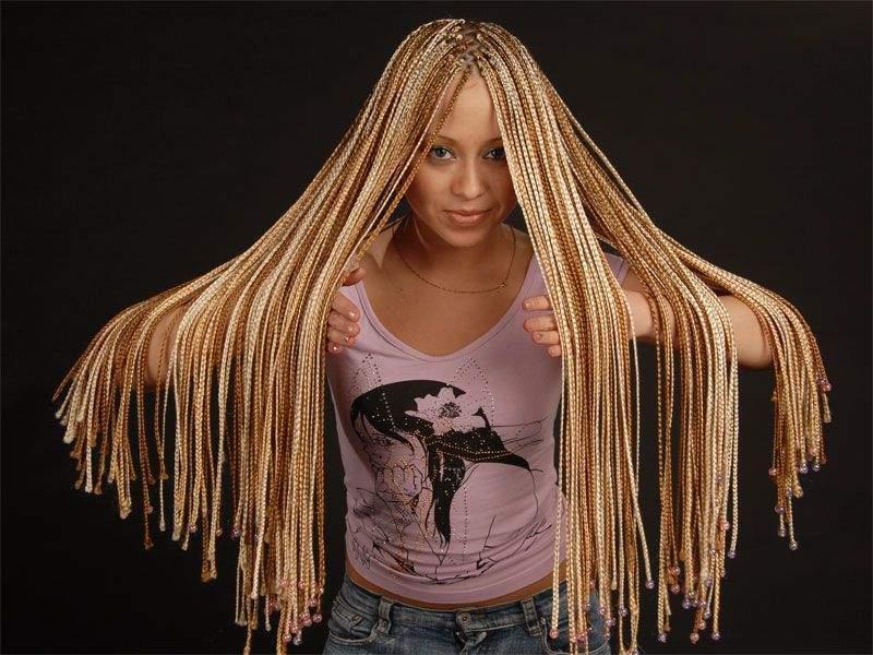 Если подобрать канекалон под цвет натуральных волос, можно визуально сделать свои волосы длиннее