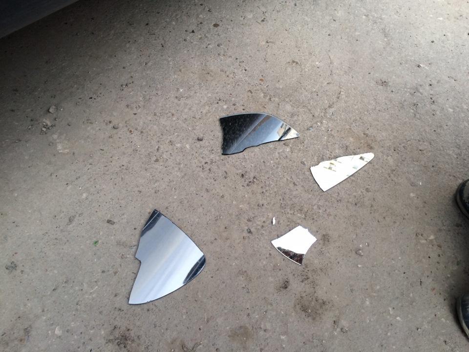 Если зеркало разбилось на работе, нужно вынести осколки за пределы здания