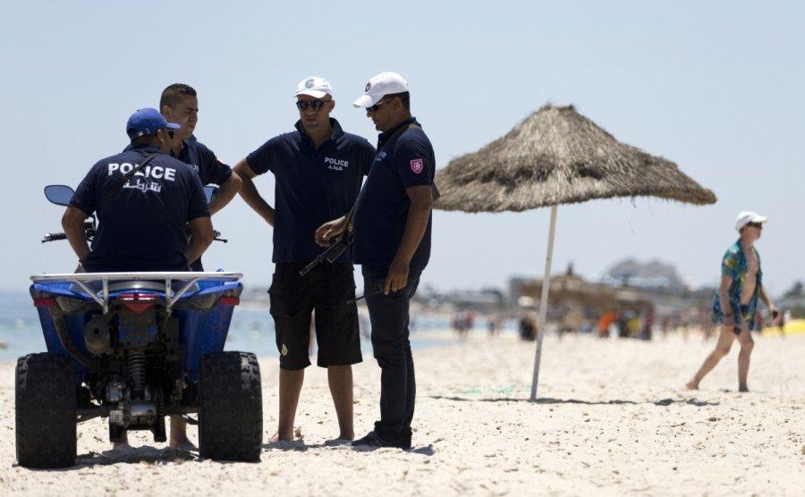 Полиция охраняет пляж туниса