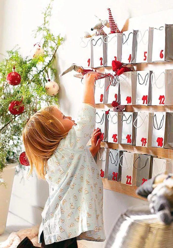 advent-kalendar-v-vide-paketikov-s-syurprizami Календарь своими руками - 80 фото, шаблоны и идеи оформления как сделать красивый календарь