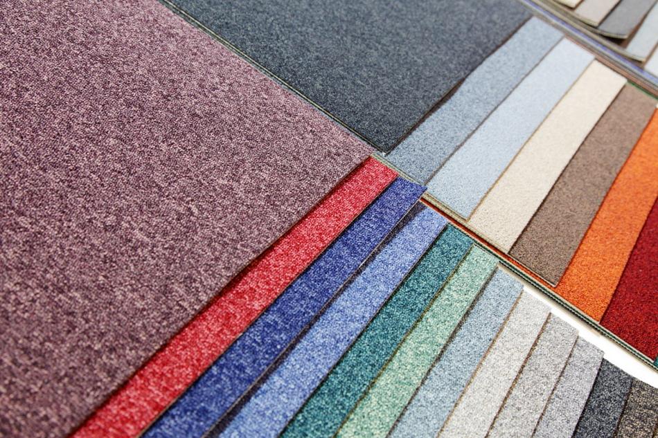 Обивку из ковролина можно подобрать на любой вкус в зависимости от интерьера комнаты