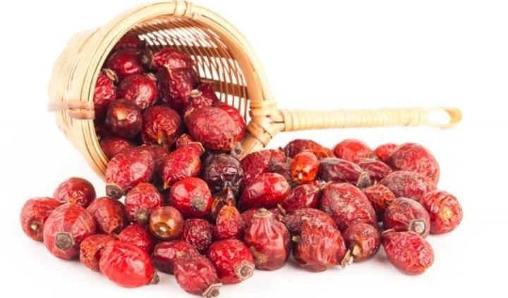 Сушеный шиповник: ягоды высохли, но сохранили цвет.