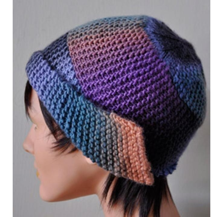 Интересная модель вязаной спицами женской шапки платочной вязкой