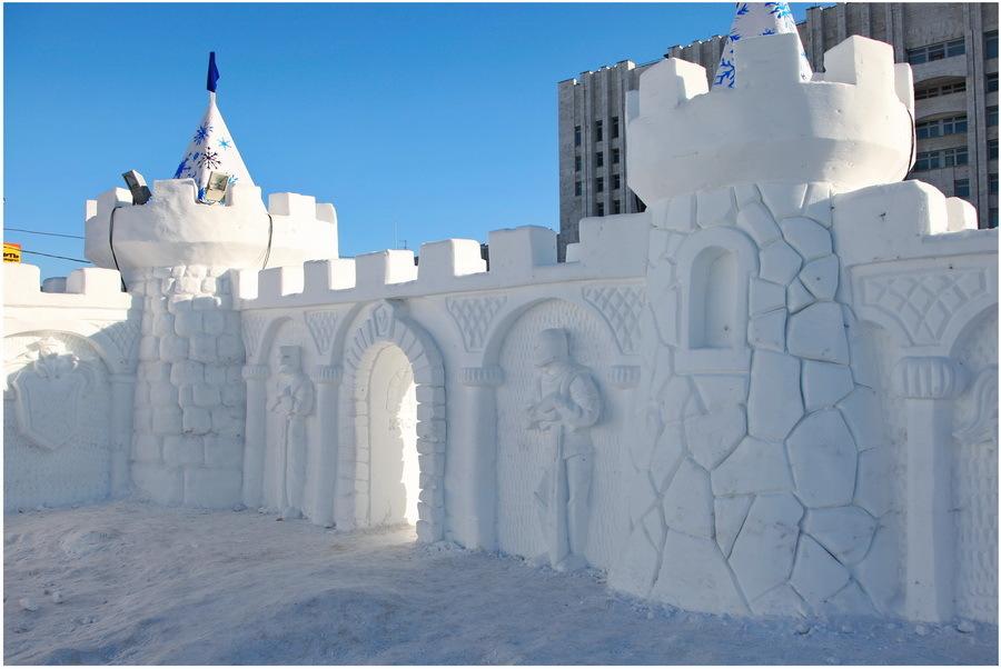 Высокая крепость из снега, выполнена профессиональным скульптором