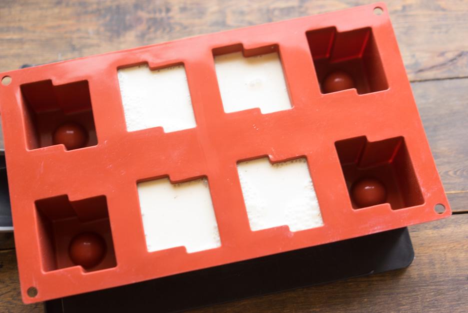 При желании, в формочку можно поместить засахаренные ягоды, которые послужат декором для десерта