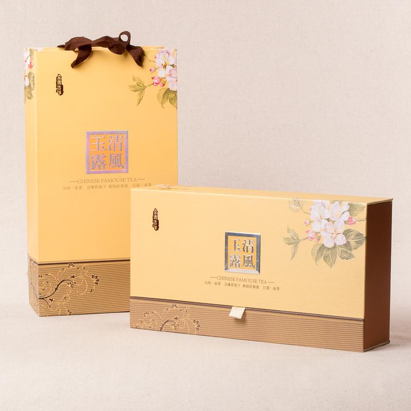 Подарок в виде красивого и вкусного чая, кофе придется по вкусу большому количеству девушек