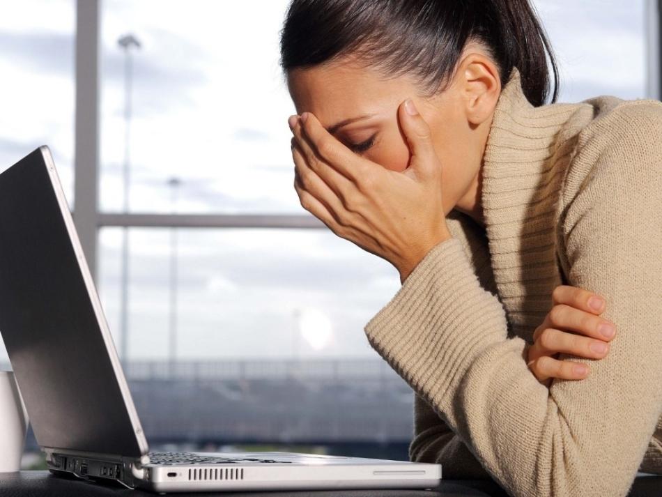 Девушка устала от работы за компьютером