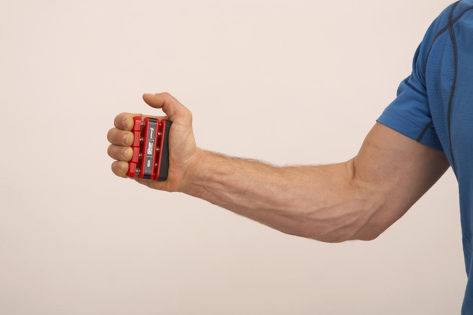 Спортсмен сильно напрягает руку во время тренировки