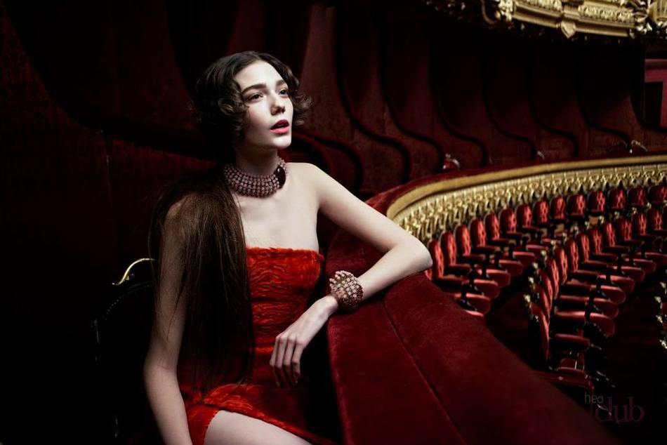 Многие девушки будут счастливы подарку в виде оплаченного похода в театр на премьеру