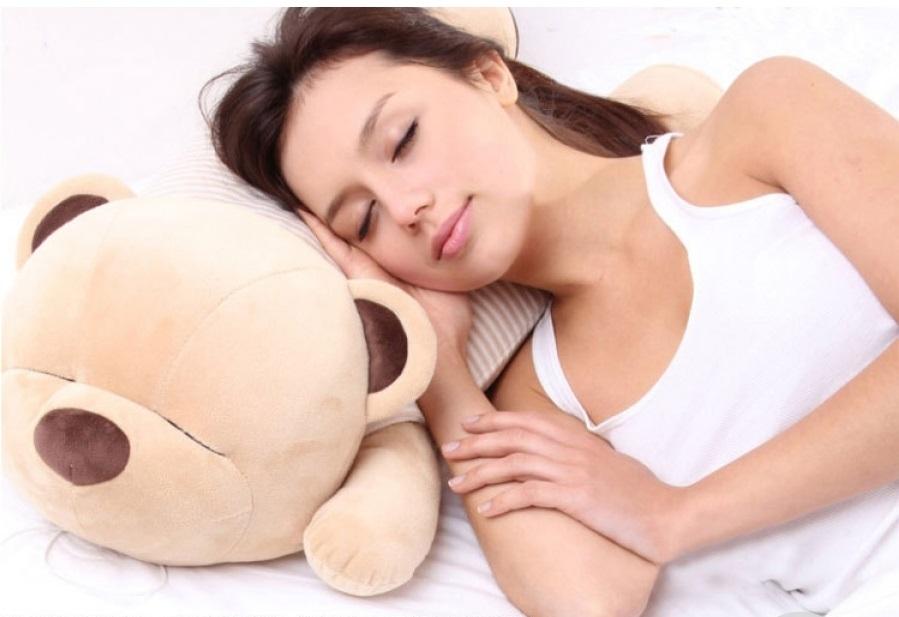 Музыкальный мишка-подушка - приятный подарок для девушки