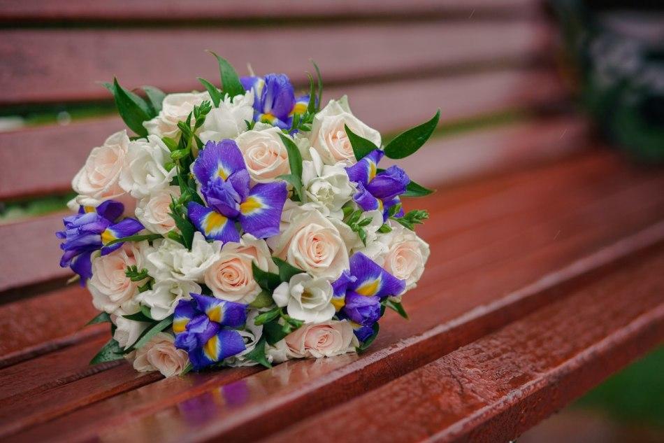 Нежный букет из роз и ирисов