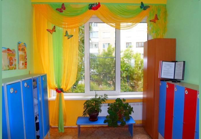 Современное оформление окон детского сада