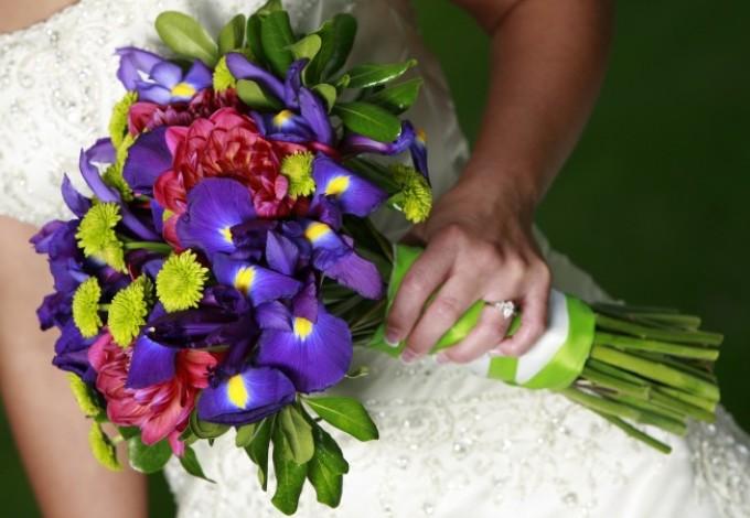 Свадебный букет из синих ирисов