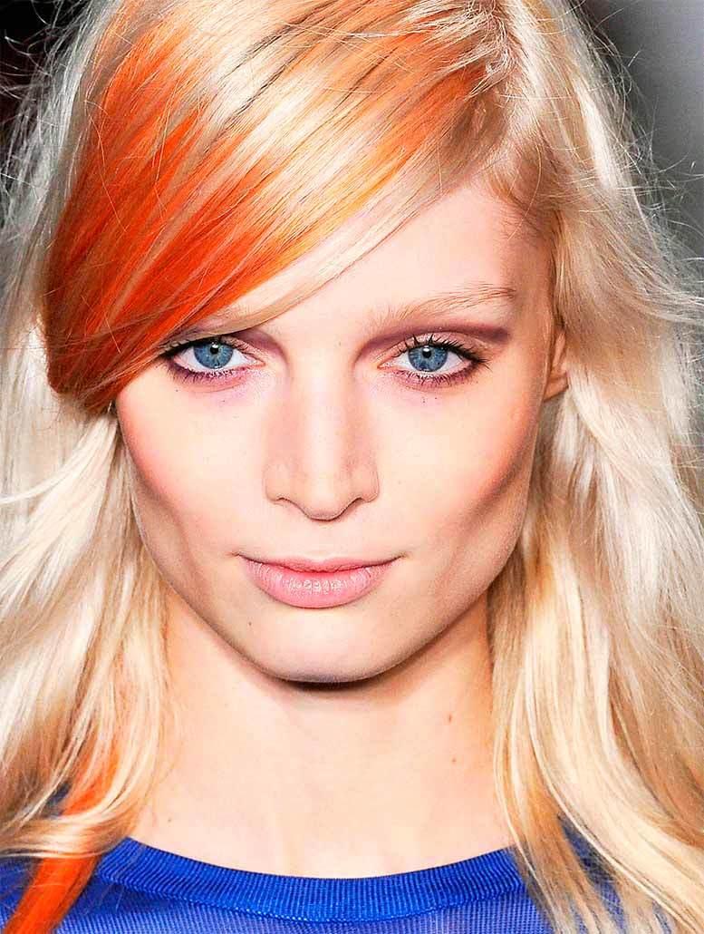 Светло-русые волосы с мелированной челкой