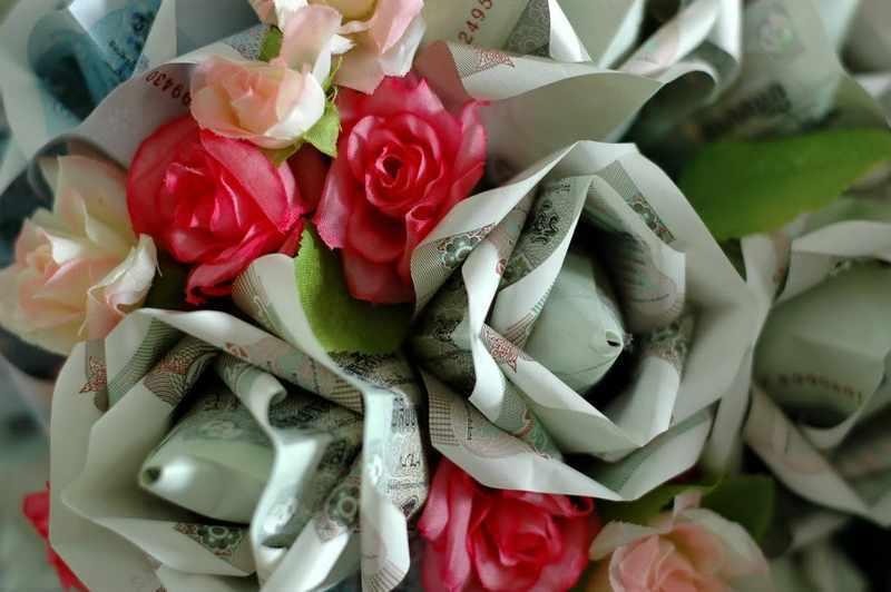 Может получиться такой красивый оригами-букет из денежных роз