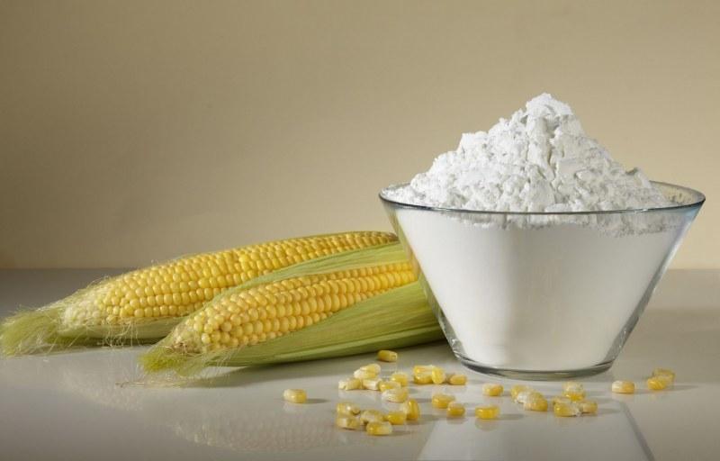 Сухой дезодорант для ног можно приготовить из кукурузного крахмала и пищевой соды