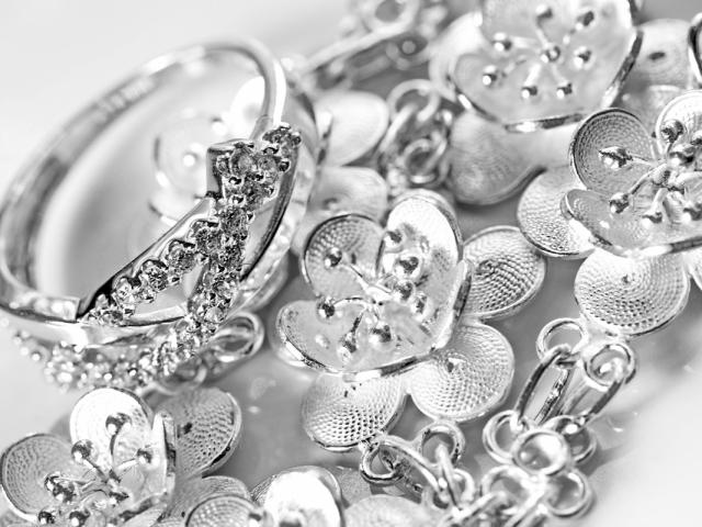 Как почистить ювелирное и столовое серебро от черноты в домашних условиях  Способы  чистки серебра cb18cfb6daf