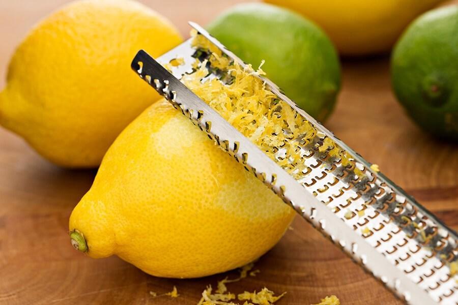 Снимите кожуру с лимонов при помощи терочной доски с мелкими дырочками