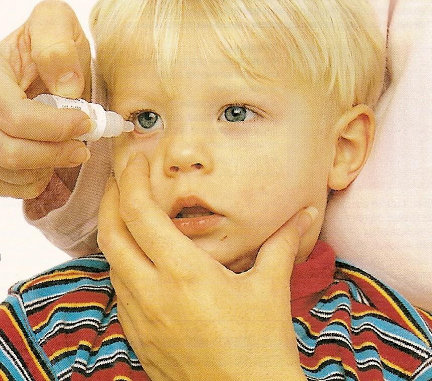 Малышу закапывают глаза