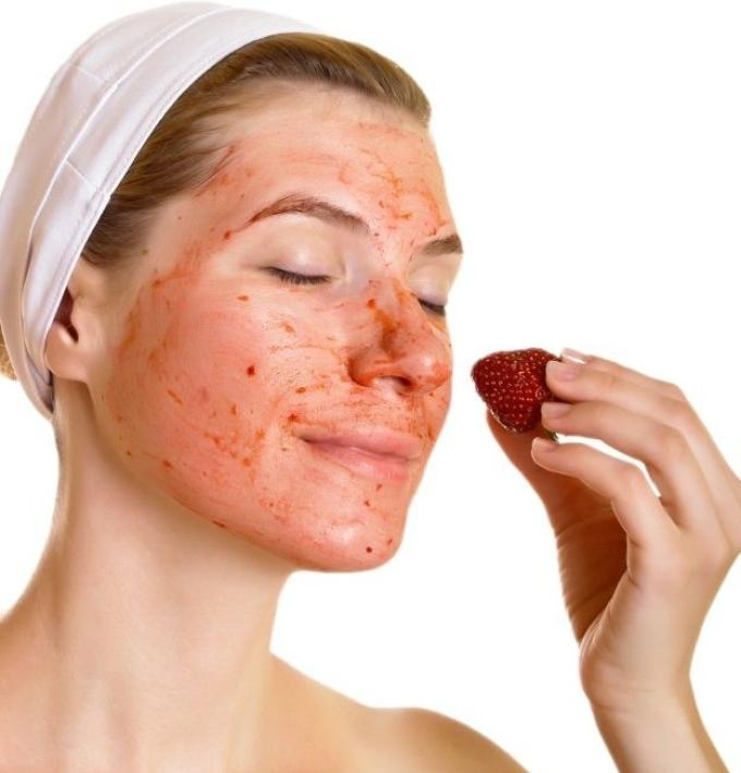 Чтобы улучшить состояние кожи лица, можно просто наносить на нее кашицу из свежей клубники.