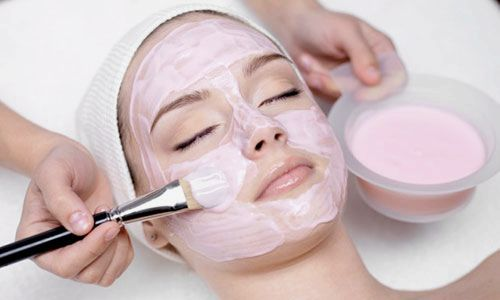 Косметологические домашние препараты с клубникой дарят женщинам красоту и свежестью.