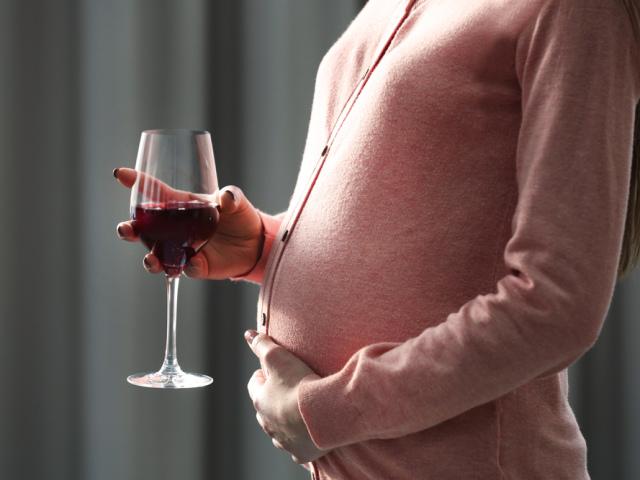 Можно ли беременным вино или шампанское? Бокал вина или ...