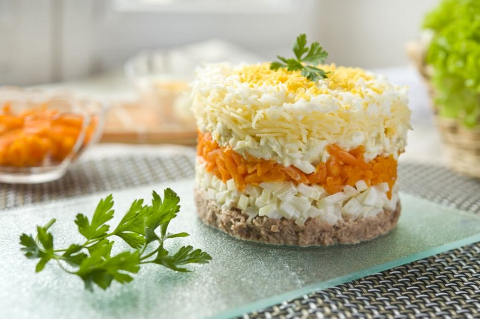 Салат мимоза с консервами и картошкой, морковью слоями по порядку