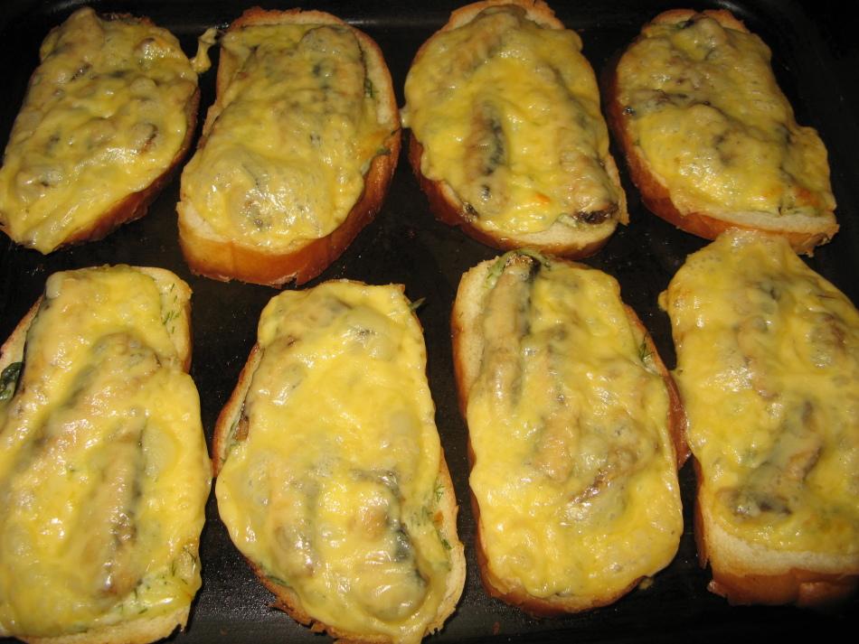 Горячие бутерброды со шпротами с духовке.