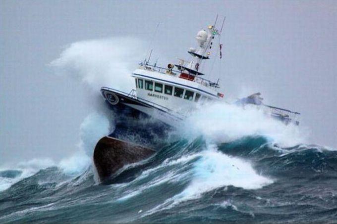 Корабль во время шторма снится к нестабильности и препятствиям в жизни