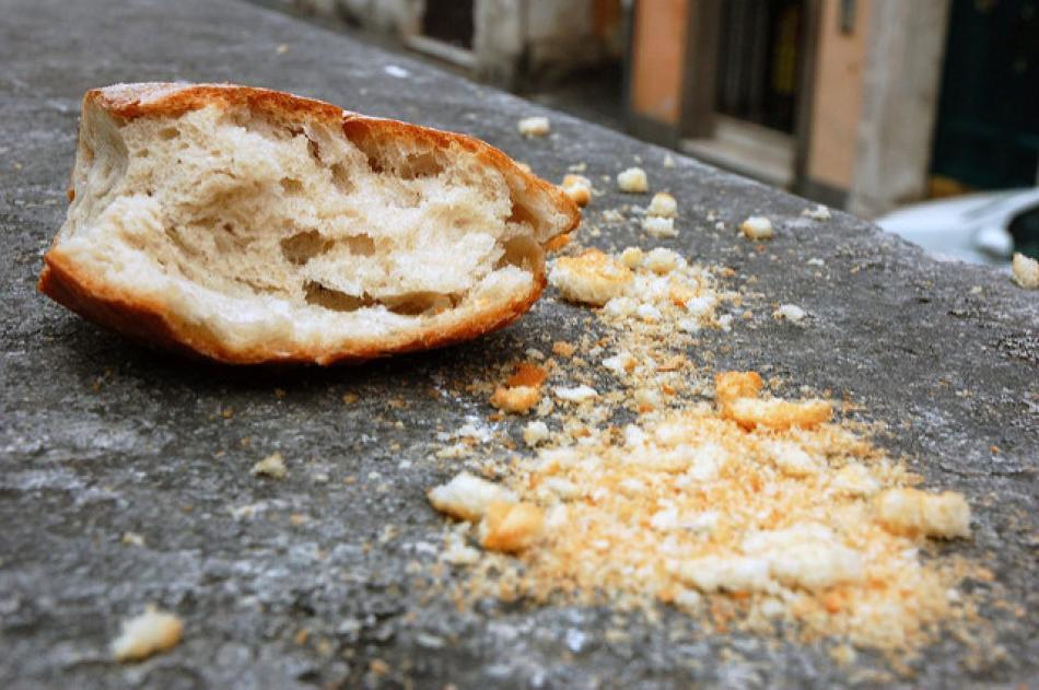 Хлебные крошки во сне - символ бедности.