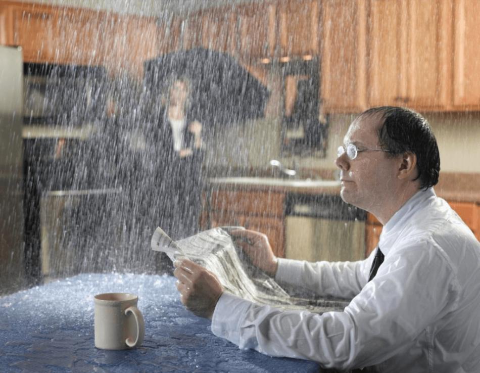 Потоп в комнате во сне предвещает сновидцу проблемы личного характера.