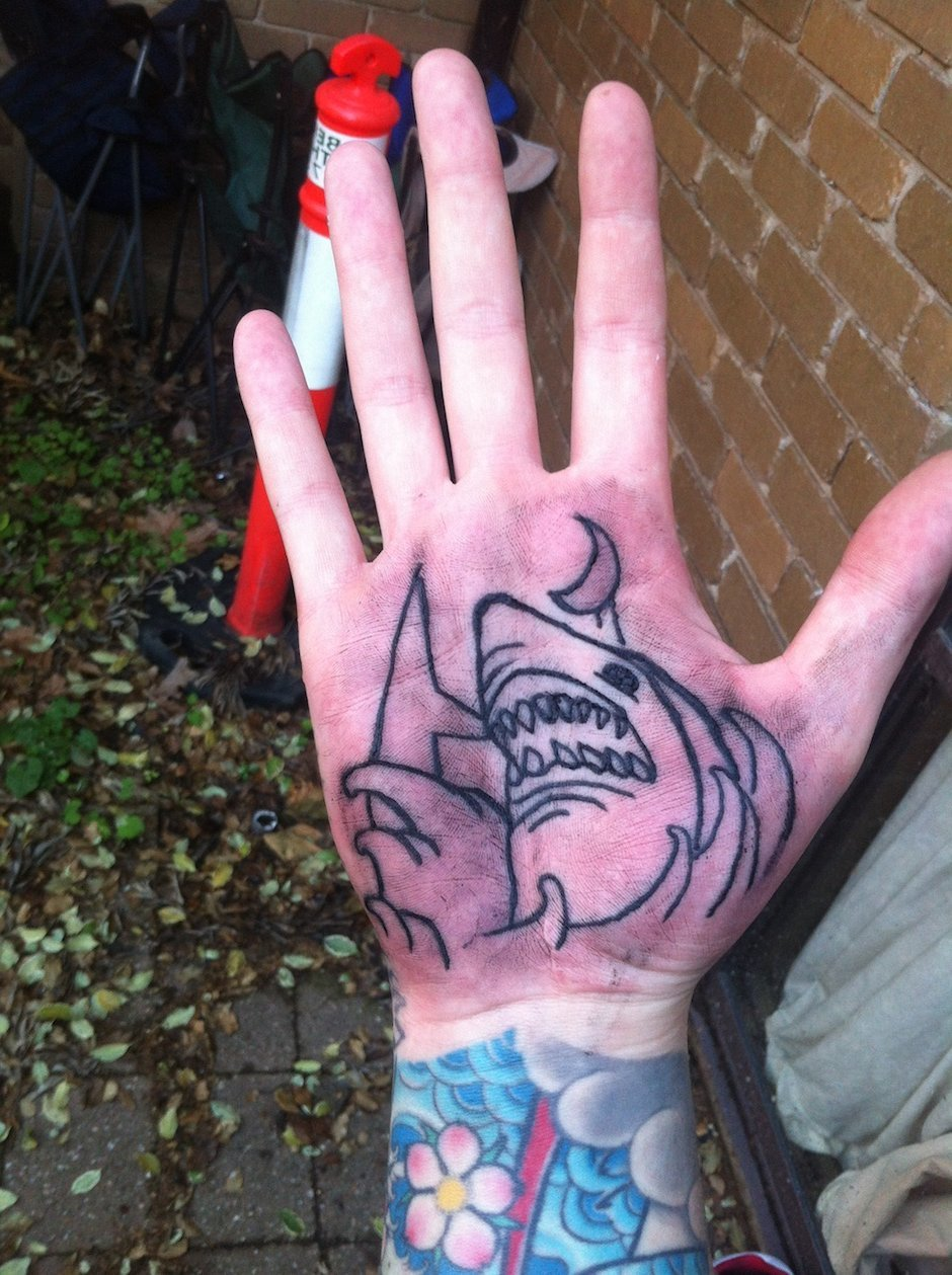 Татуировка на ладони в виде акулы