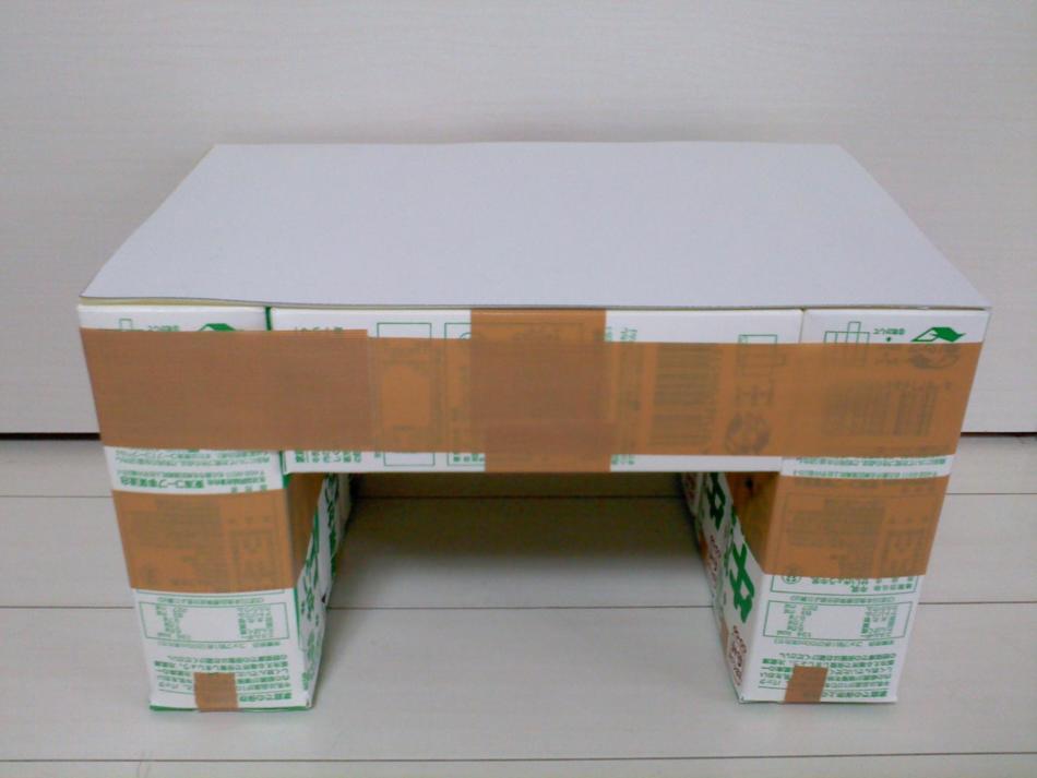 stol-iz-kartonnih-korobok Домик и мебель для кукол своими руками из картона: схема, выкройка, фото. Как сделать кровать, диван, шкаф, стол, стулья, кресло, кухню, холодильник, плиту, коляску для кукол из картона своими руками