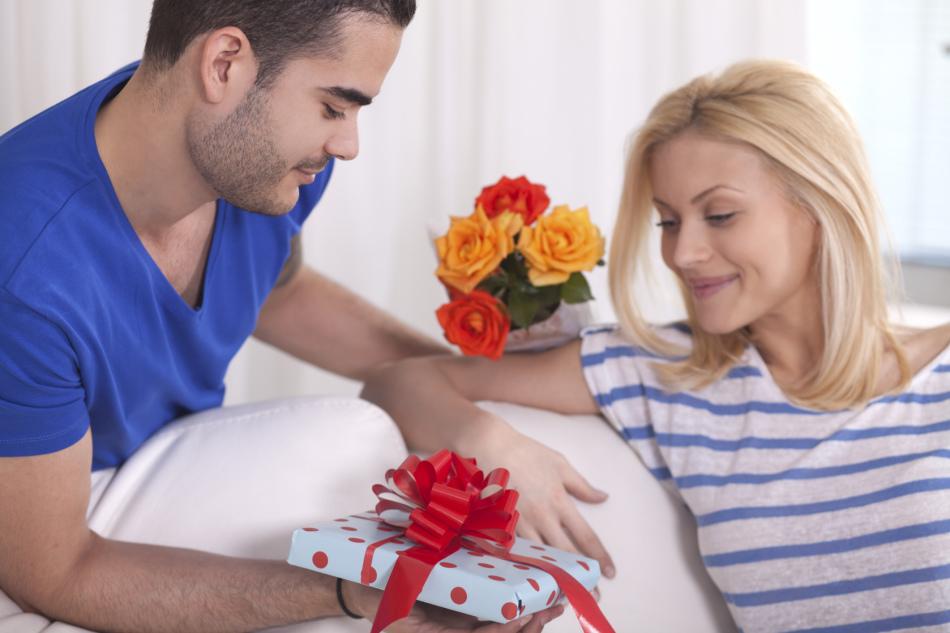 Женщина получает подарок