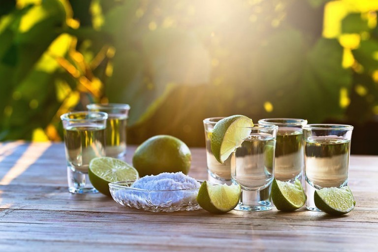 Способ пить текилу с лимоном и лаймом: {amp}quot;лизни!