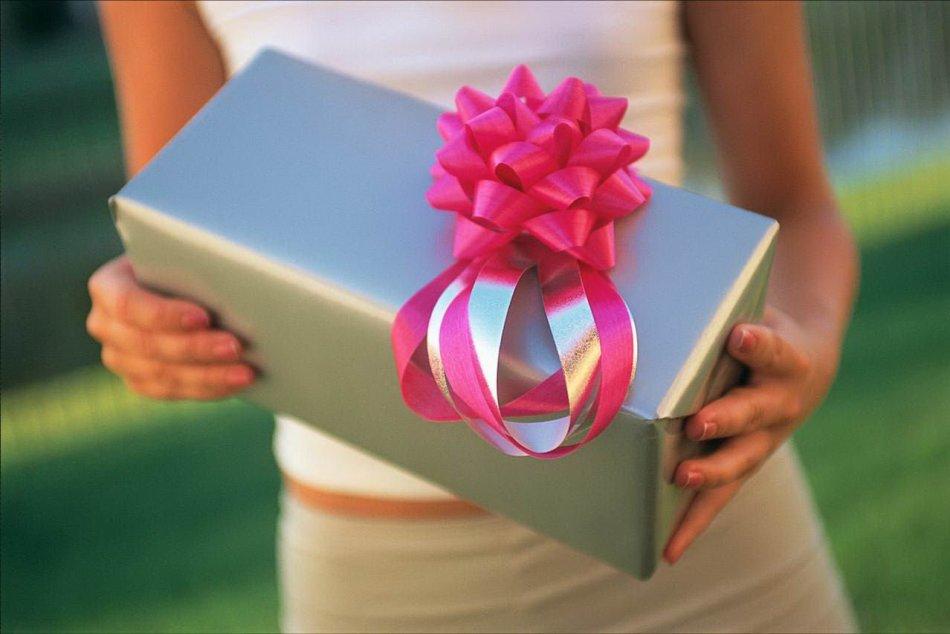 Подарок от женщины во сне - тревожный знак. будьте готовы к борьбе.